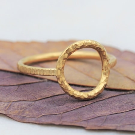 Bague Cercle en or jaune martelé - Paulette à Bicyclette